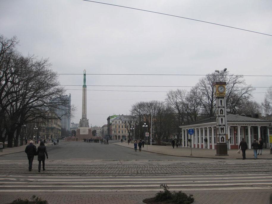 Памятник Свободы и часы «Лайма», Рига