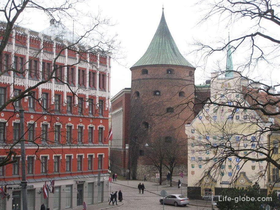 Пороховая башня и Яковлевские казармы, вид с Бастионной горки, Рига