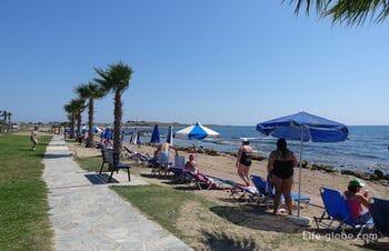 Пляж возле отеля Кефалос Бич,  Пафос (Kefalos Beach Tourist Village)