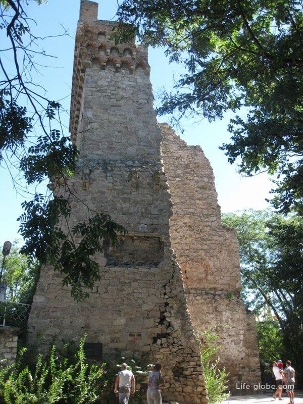Башни Константина в Феодосии