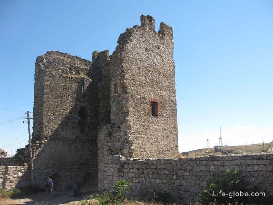 Остатки башен Генуэзской крепости в Феодосии
