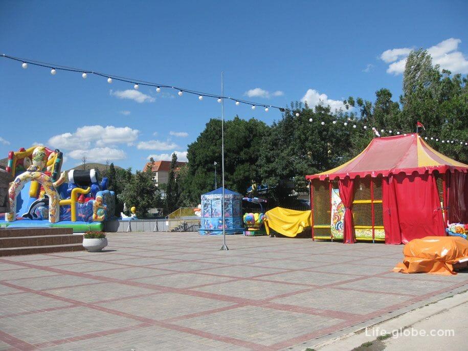 Детские аттракционы на набережной в Коктебеле, Крым