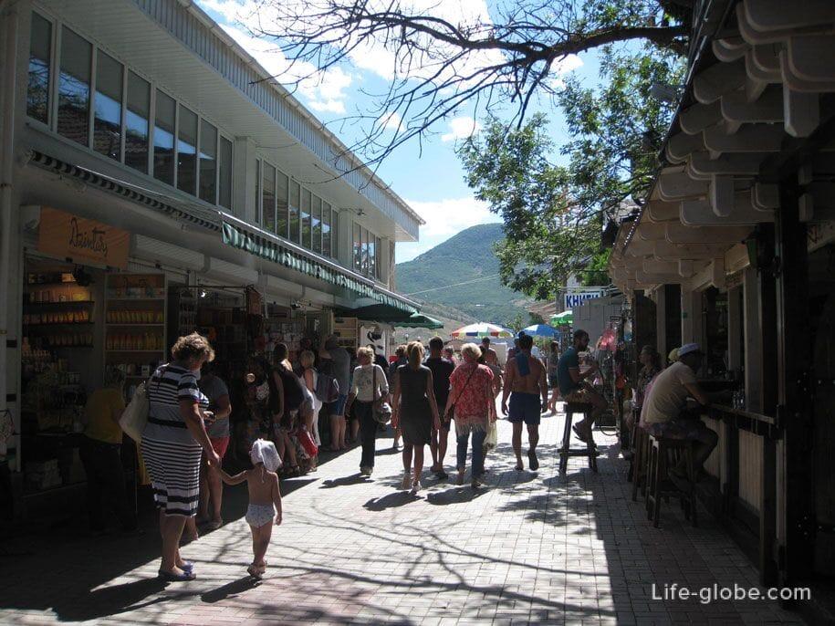 Сувенирные лавки, кафе и закусочные на набережной в Коктебеле, Крым