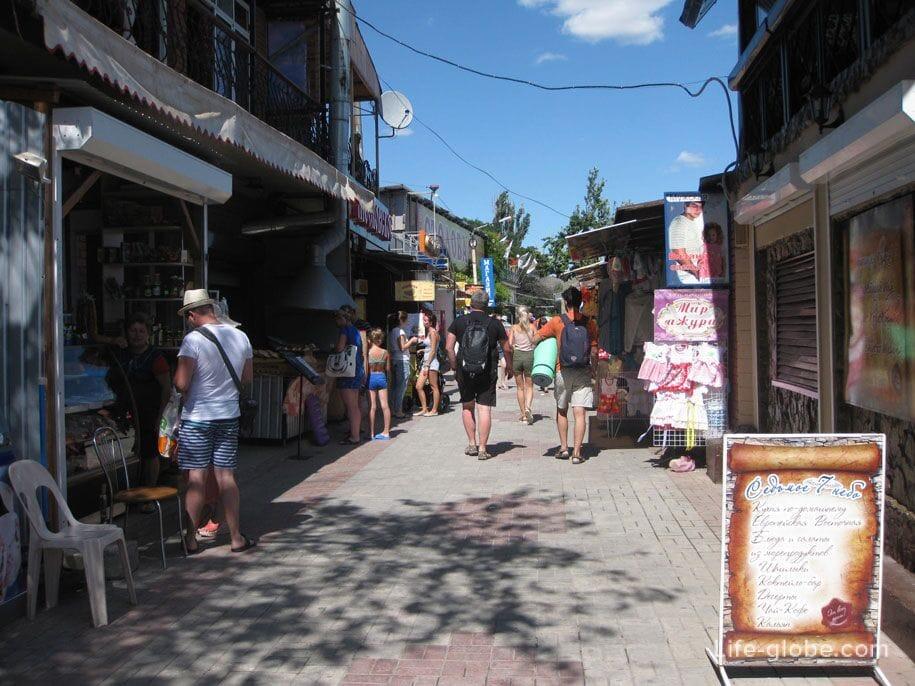 Сувенирные лавки, кафе и закусочные на набережной в Коктебеле