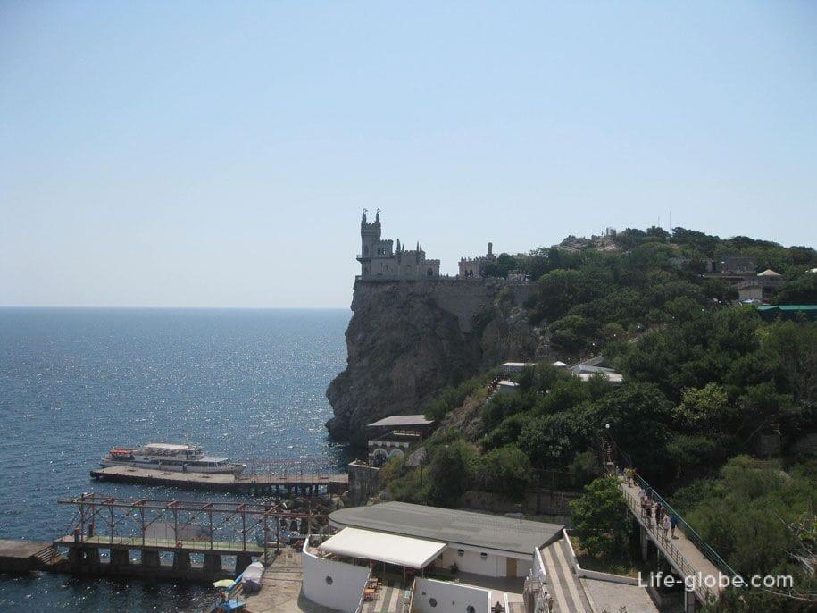 Вид с площадок на спуске к замку Ласточкино гнездо, Крым