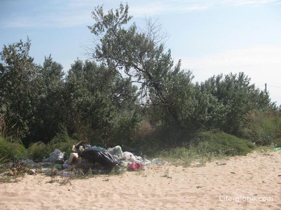 Мусор на диких пляжах Азовского моря возле Ачуево