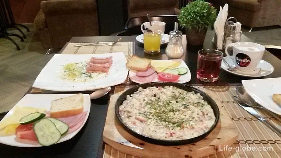 Завтрак в отеле Премьер, Смоленск, автостопом в Крым