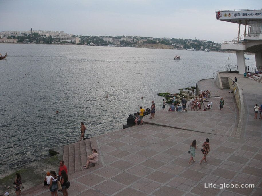 Набережная у памятника Затопленным кораблям, Севастополь