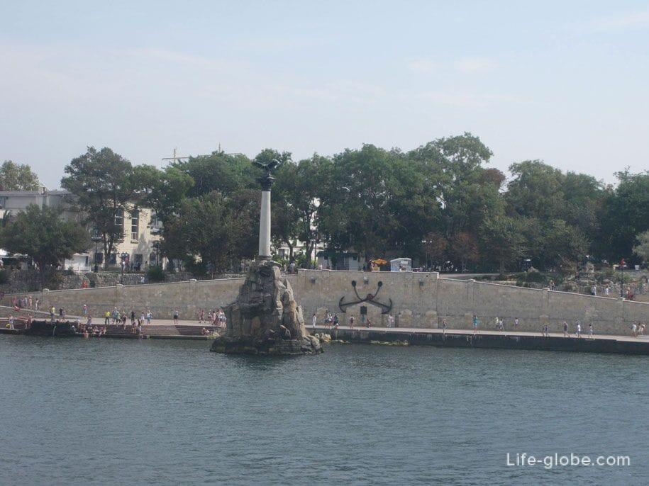 Памятник затопленным кораблям, вид с моря, Севастополь