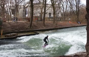 Сёрфинг в Мюнхене: волны Айсбаха и «Плот Земли» (Eisbach-Welle, Floßlände)