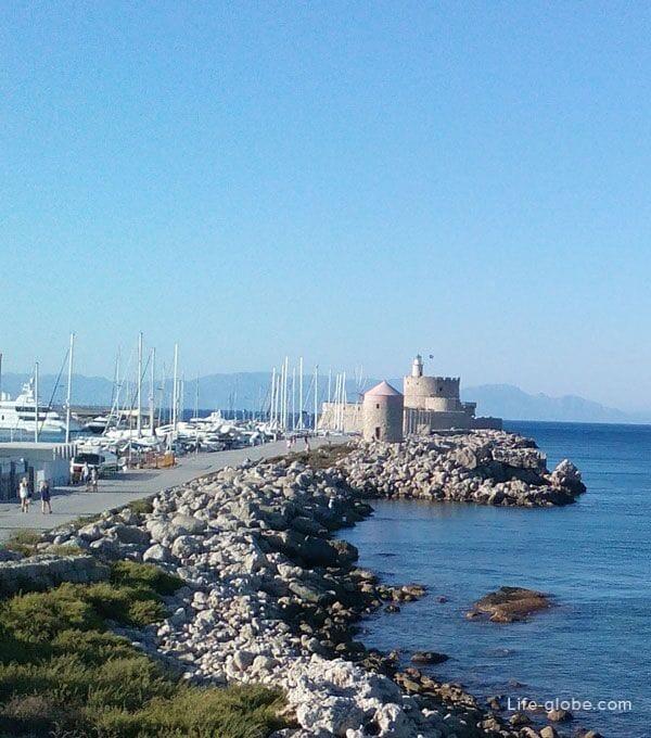 Порт Мандраки и ветряные мельницы, Родос, Греция