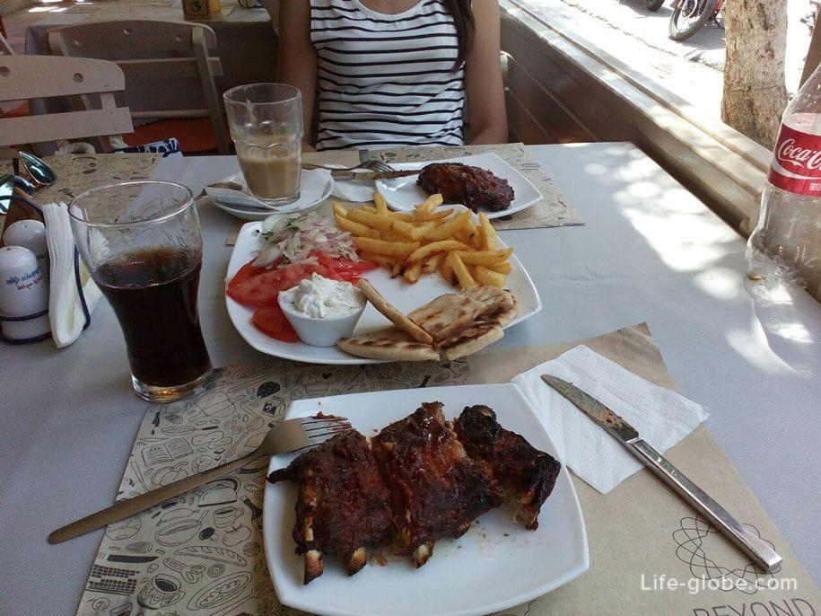 В кафе на острове Родос, Греция