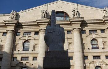 Памятник Среднему пальцу или L.O.V.E. в Милане