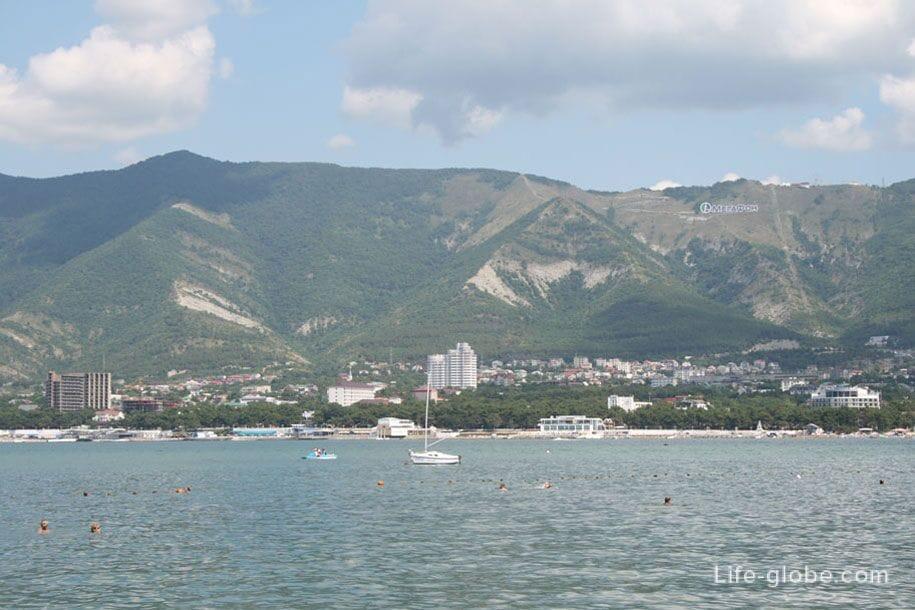 Вид с пляжа Сады Морей на противоположную сторону Геленджикской бухты