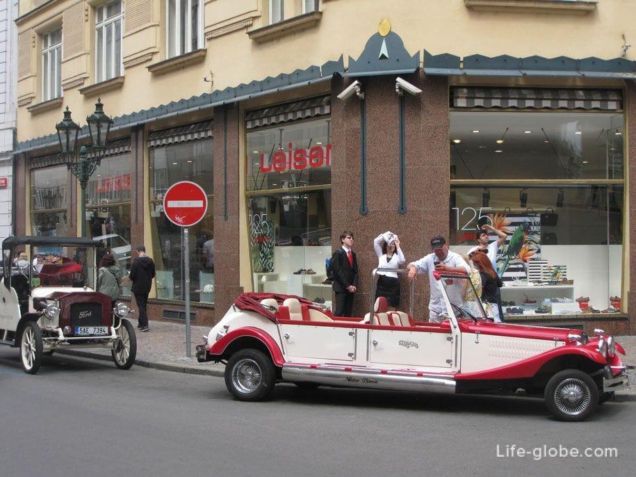 Экскурсионные автомобили на площади Республики в Праге