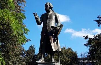 Памятник И.Канту в Калининграде - копия на историческом постаменте