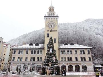 Площадь Роза с ратушей Роза Хутор (башня с часами)