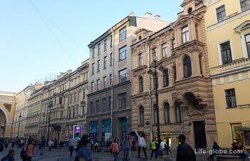 Пешеходная часть Большой Морской улицы в Санкт-Петербурге