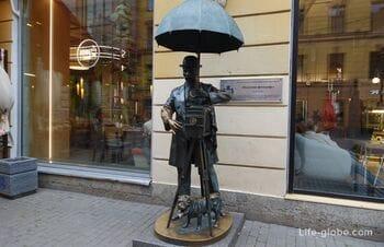 Памятник петербургскому фотографу, Санкт-Петербург (человек под зонтом)