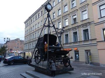 Памятник карете в Петербурге (1-я Советская улица) - карета времени
