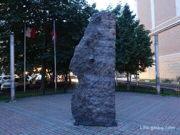 Памятник дырке в Санкт-Петербурге (гранитная глыба / природа и человек)