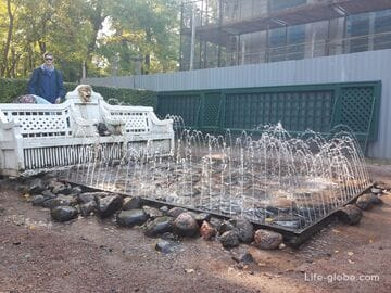 Фонтаны-шутихи «Диванчики» в Петергофе (Санкт-Петербург)