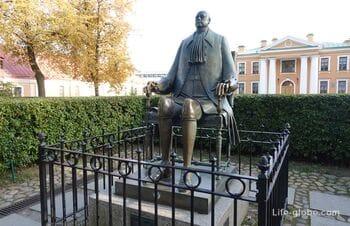 Гауптвахта и памятник Петру I в Петропавловской крепости, Санкт-Петербург