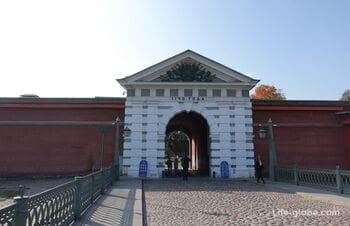 Иоанновские ворота Петропавловской крепости в Санкт-Петербурге (Иоанновский равелин)