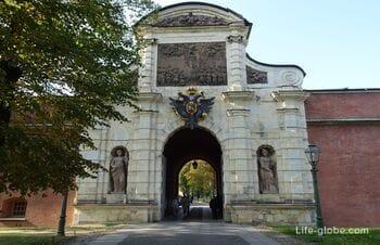 Петровские ворота Петропавловской крепости в Санкт-Петербурге