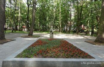 Лиственный парк в Светлогорске (скульптура «Несущая воду»)