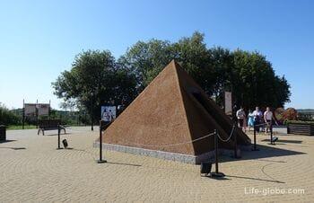 Янтарная пирамида, Янтарный