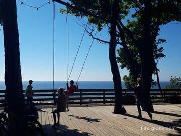 Качели в Янтарном с видом на море и пляж (смотровая площадка)