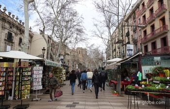 Улица Рамбла (La Rambla) - центральная туристическая улица Барселоны