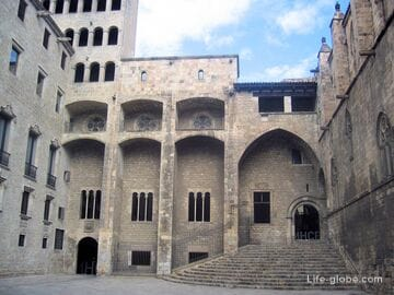 Королевский дворец, Барселона - площадь Короля (Placa del Rei)