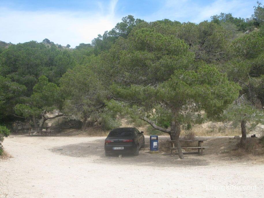 Парковка возле пляжа Raco Del Conill, Испания