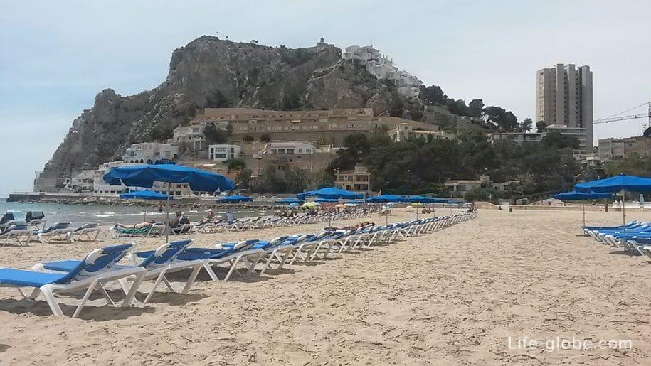 Шезлонги на пляже Поньенте, Бенидорм, Испания