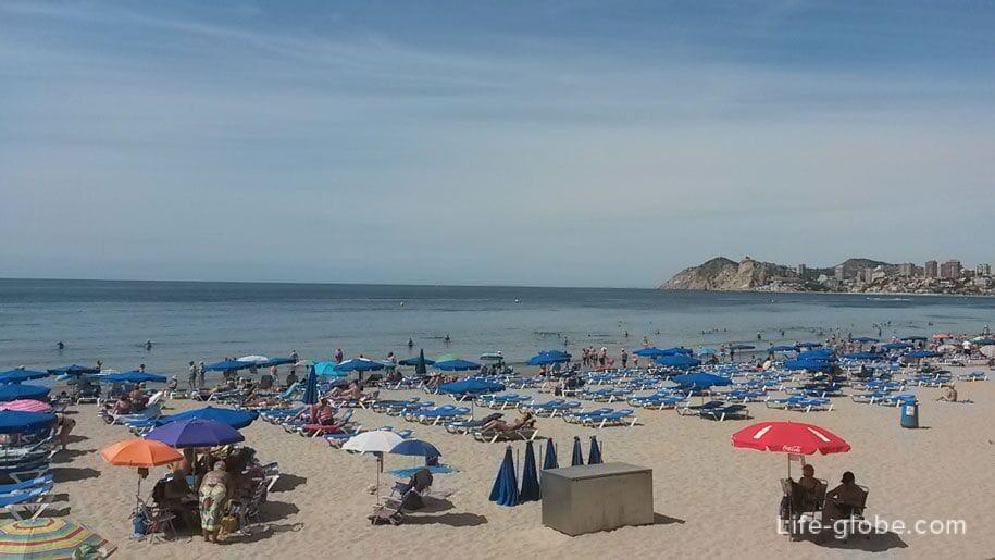 Шезлонги на пляже Поньенте, Бенидорм