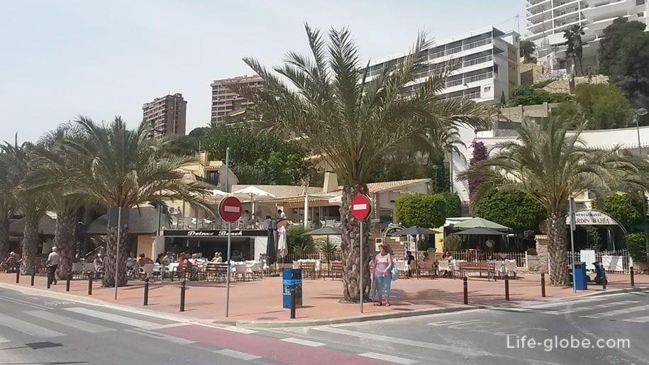 Кафе возле пляжа Поньенте в Бенидорме