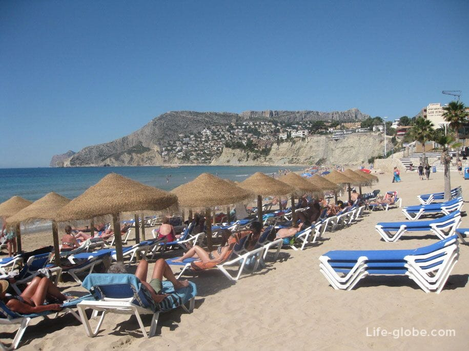 Шезлонги и зонты от солнца на пляже Ареналь-Бол, Испания