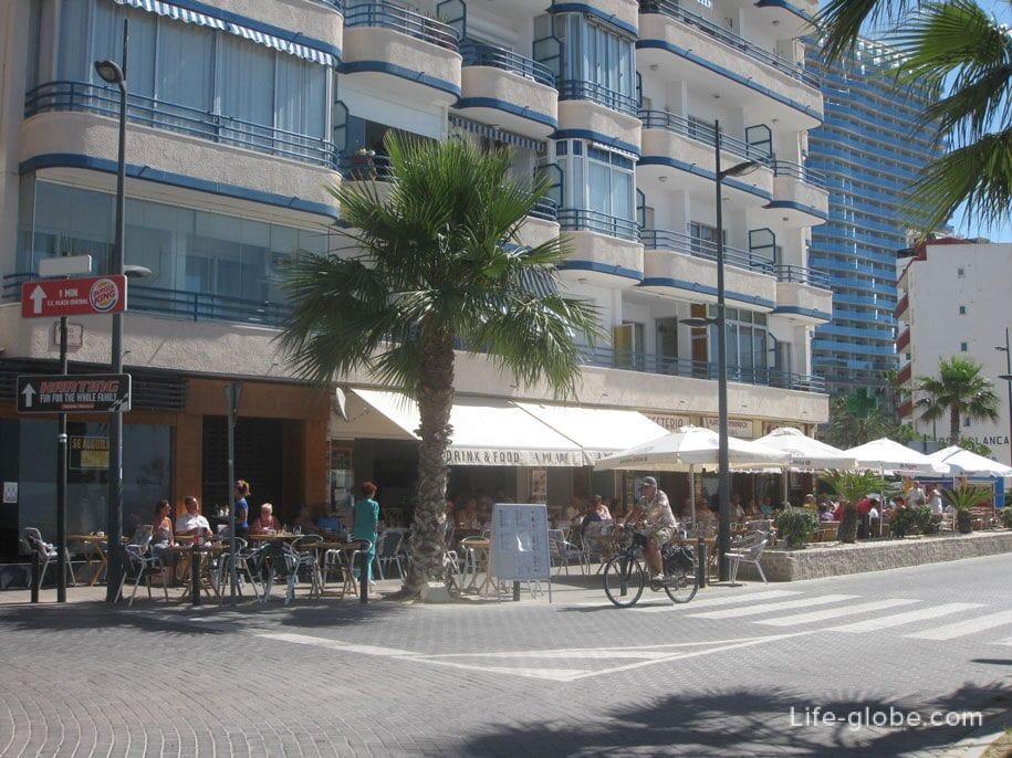 Кафе на набережной в Кальпе, пляж Ареналь