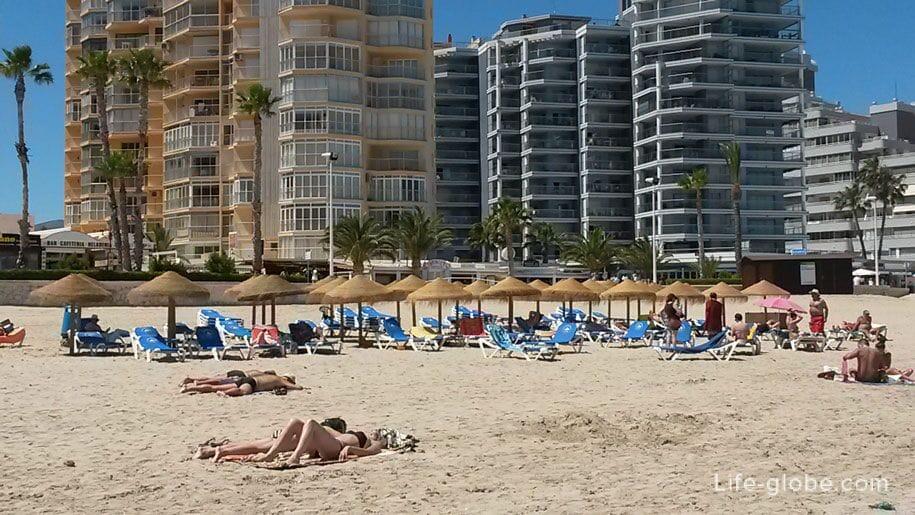 Шезлонги и зонты от солнца на пляже Ла Фосса в Кальпе