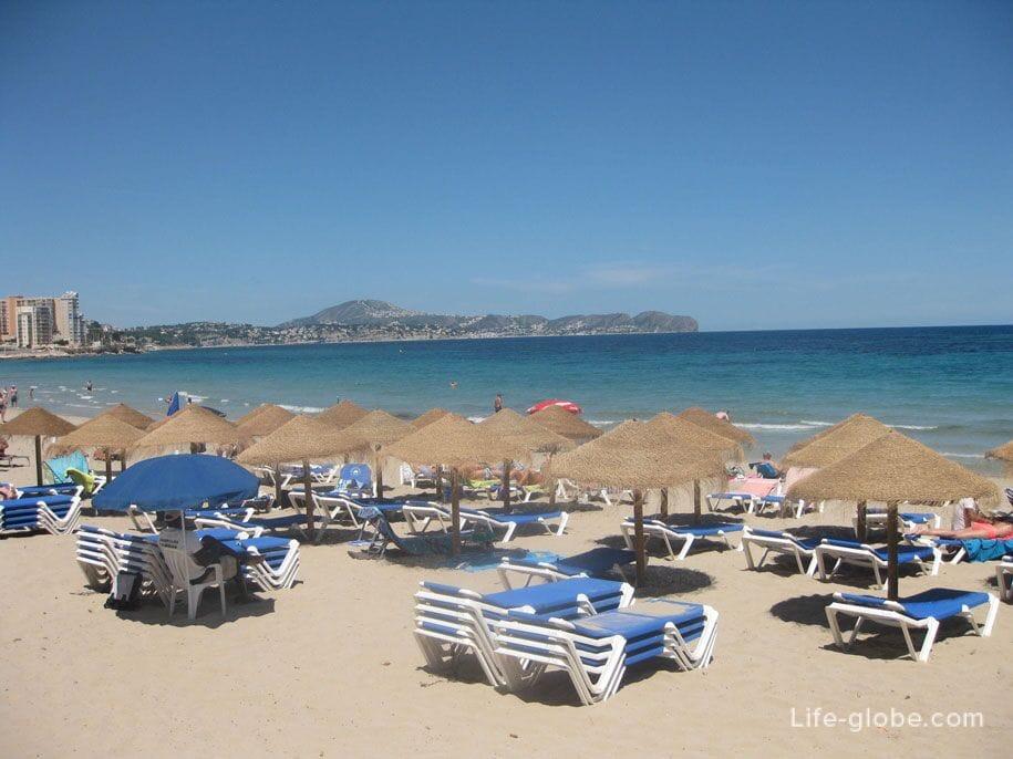 Шезлонги на пляже Ла Фосса в Кальпе