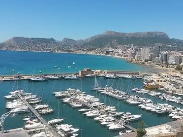 Морской порт и набережная принца Астурии в Кальпe
