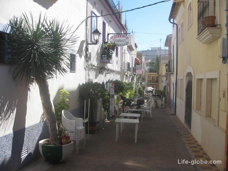 Кафе на улицах старого города в Кальпе