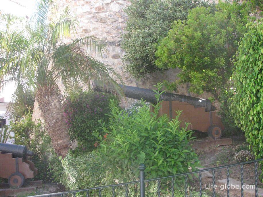 Пушки в старом городе Кальпе