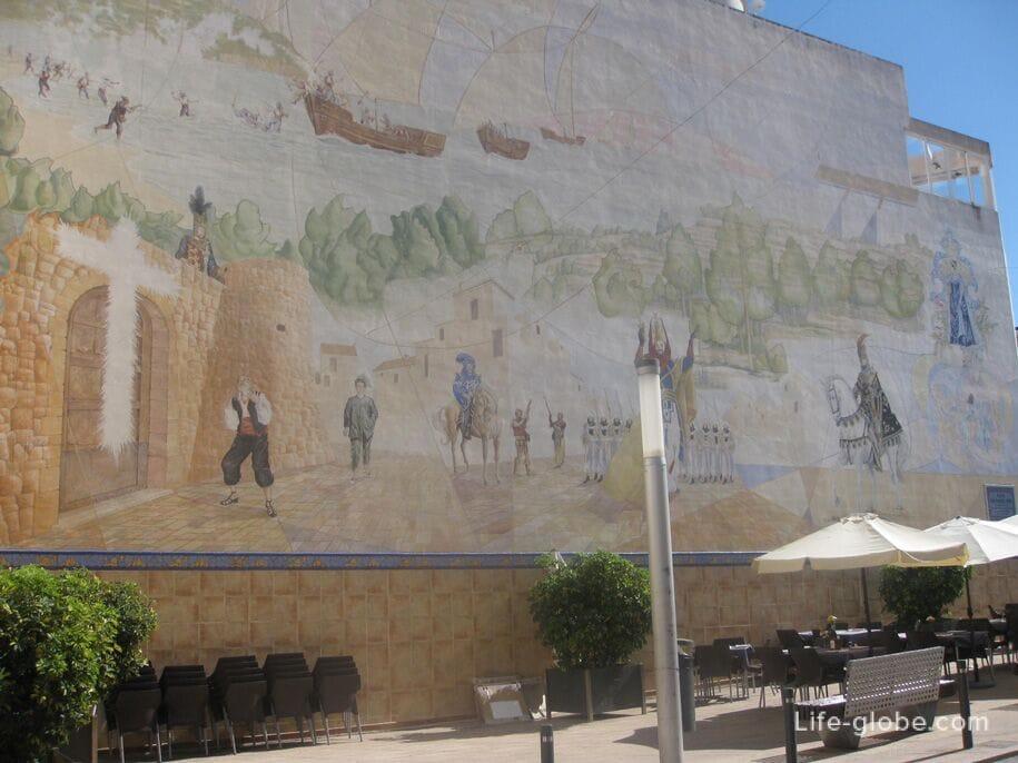 Разрисованные стены домов в старом городе Кальп