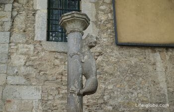 """Sculpture """"Girona Lioness"""" in Girona (La Lleona) - make a wish and kiss the lioness in the ass"""