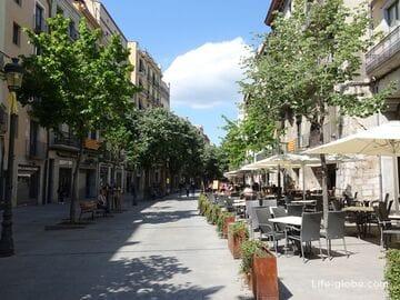 Улица Рамбла-де-ла-Льибертат в Жироне (Rambla de la Llibertat) - главная туристическая улица города