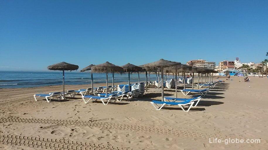 Шезлонги и зонты от солнца на пляже Науфрагос, Торревьеха