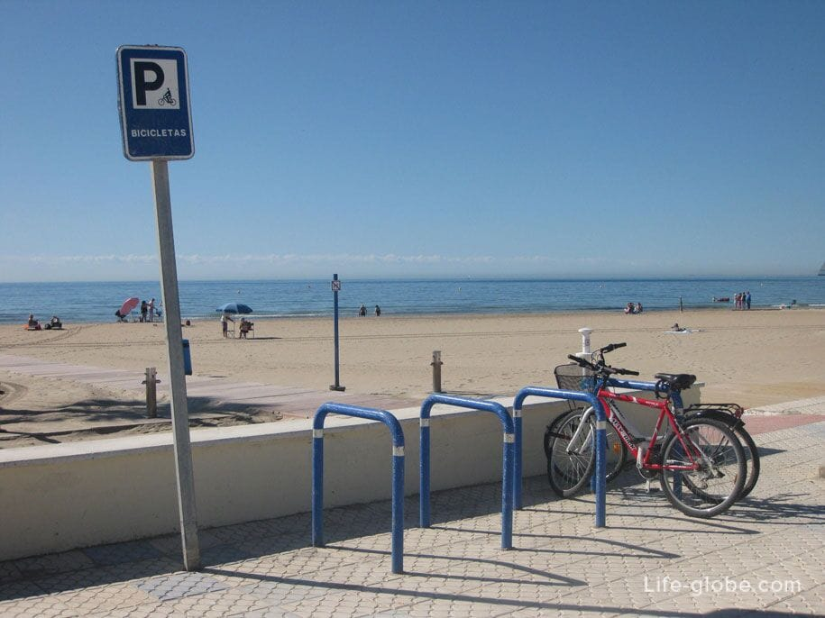 Велопарковки на набережной пляжа Науфрагос, Торревьеха